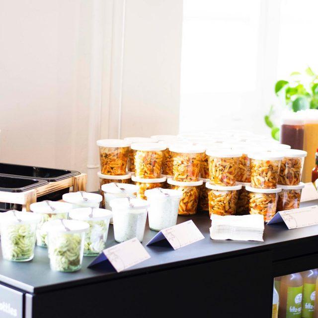 Unsere Salate und Dips portionieren wir aus hygienischen Gründen einzeln und sicher verschlossen in Weckgläsern 🥬#coronavirus #buffet