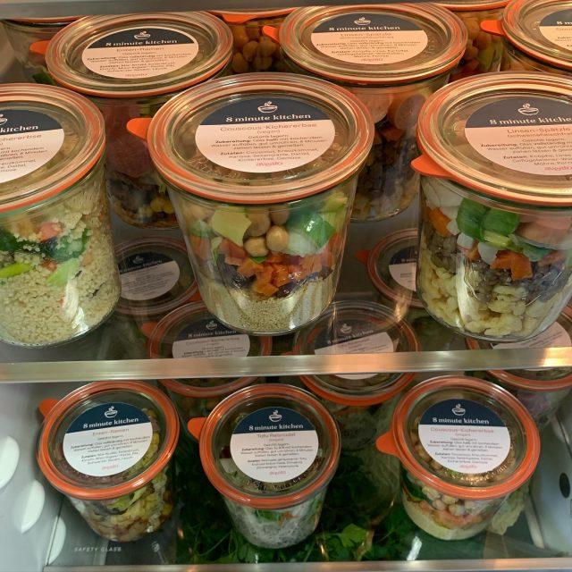 Mach deinen Kühlschrank zur Gourmet-Kantine! Warmes Mittagessen, wann immer du möchtest. 👩🏻🍳🍜😋 Die Weckgläser gibt's in vier leckeren Sorten. Mit heißem Wasser aufgießen, umrühren, 8 Minuten ziehen lassen, fertig.  #new #catering #coronasafety #food #foodlover #healthyfood #ramen #ramennoodles #spätzle #lentils #couscous #veggie #vegan #jar #foodjar