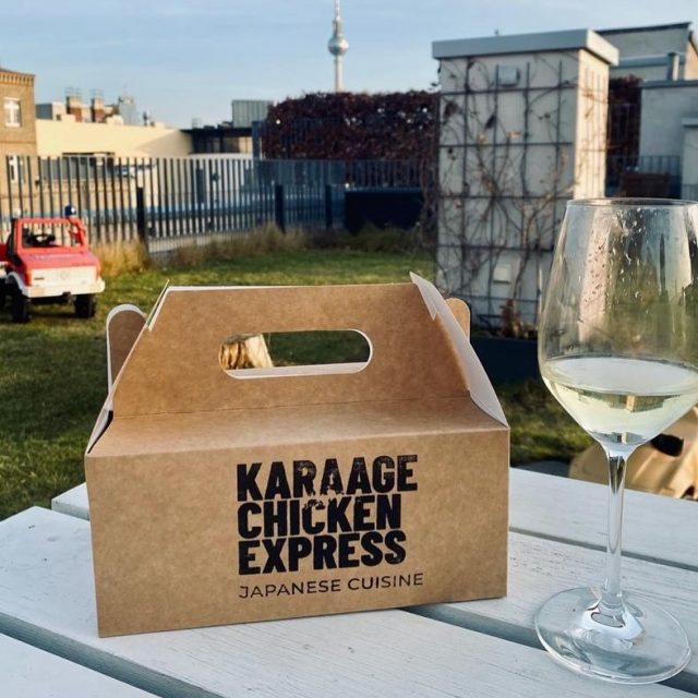 Der perfekte Sonntag: Sonnenschein und Karaage Chicken Express  #karaagechicken #karaage #deliveryservice #delivery #yummy #yummyfood #foodoftheday #catering #lieferando #lieferservice #berlin #berlincity #rooftop #roof #dachterrasse #friedchicken #japanesefood #japanese #hamburg